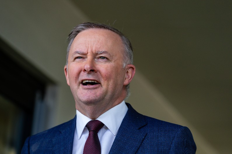 Labor commits to closing APS gender pay gap